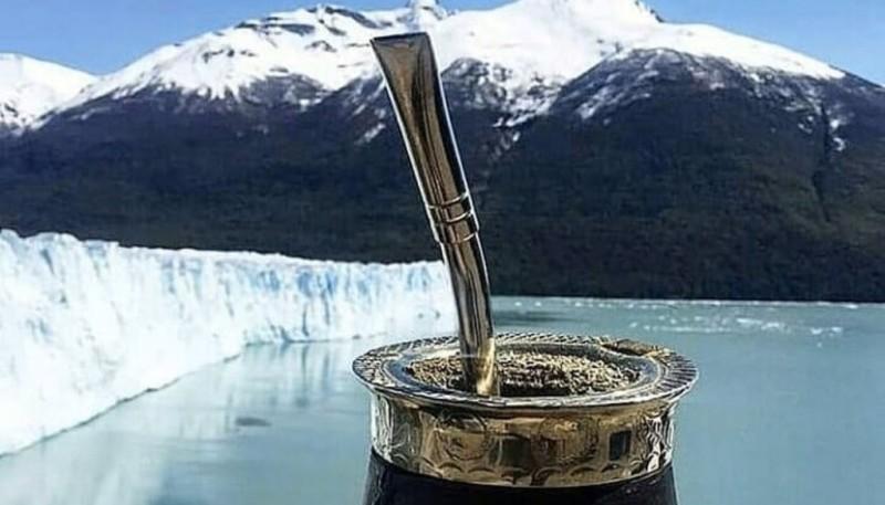 Un mate en el Glaciar Perito Moreno.