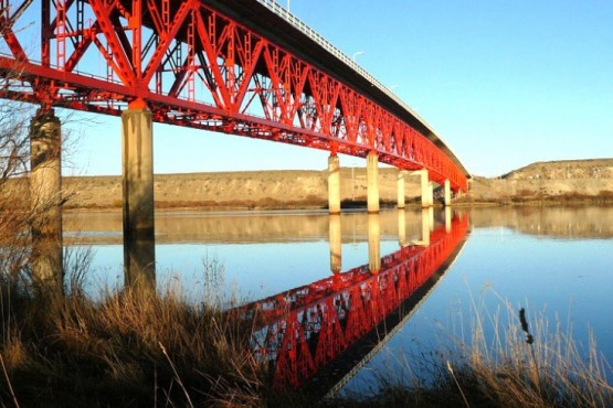 1-Se accede a la isla con solo cruzar el puente sobre el río Santa Cruz.