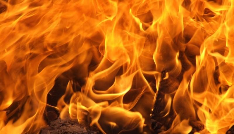 Bomberos debieron apagar el fuego en el vehículo.