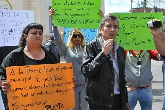 Basualto junto a los otros trabajadores en reclamo (Foto J.C.C.)