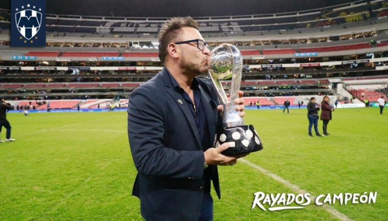 Mohamed con la Copa (Foto Twitter Rayados).