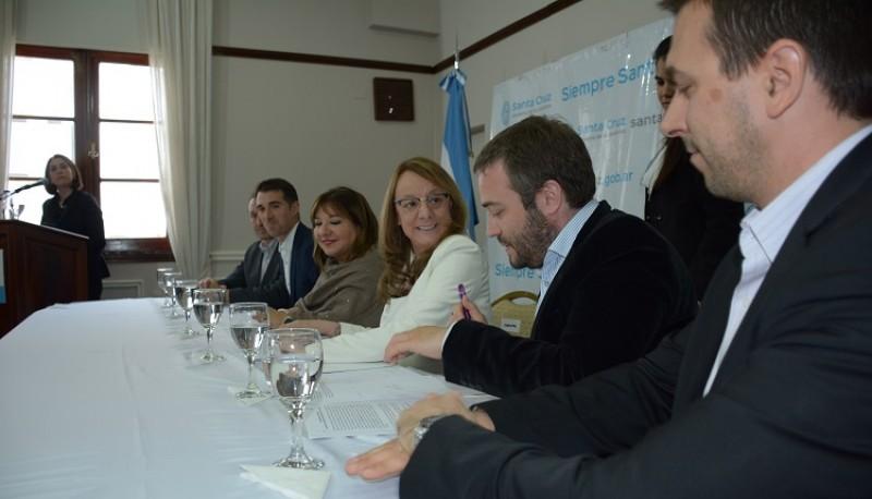 Alicia junto al Presidente del Instituto de Energía.