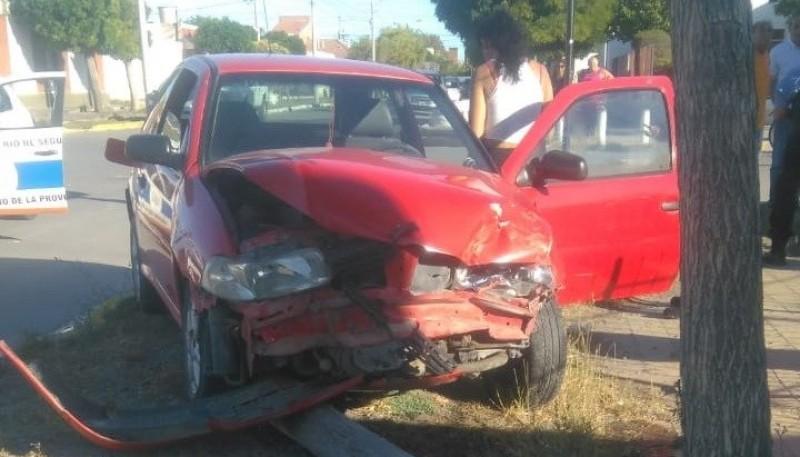 Fuerte colisión dejó importantes daños