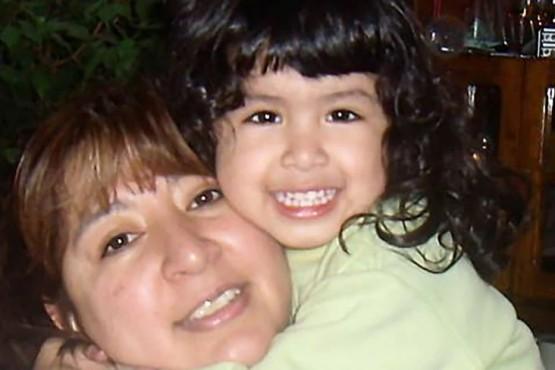 Sofía junto a su mamá.