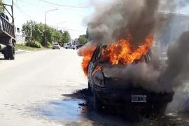 Durante la mañana incendiaron un auto en la ciudad