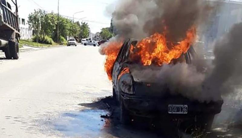 El auto incendiado.