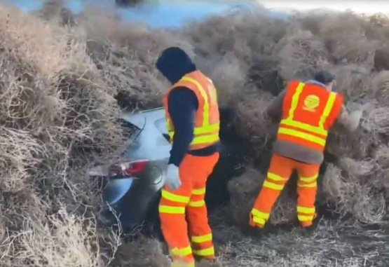 Captura de video del rescate de los automovilistas que quedaron bajo las plantas rodadoras en la autopista.