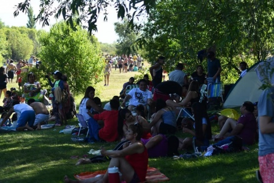 Gran cantidad de gente a orillas del río.