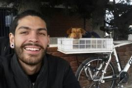 Venezolano adoptó una perrita en Río Gallegos y partió en bici a su tierra