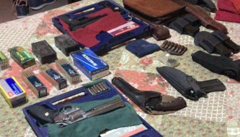 11 armas secuestradas por la policía.