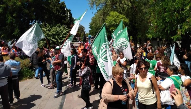 Trabajadores afuera de Casa de Gobierno.