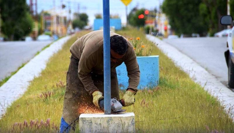 Trabajador cortando el poste.