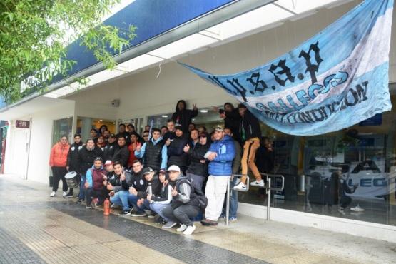 Vigiladores afuera del Banco Patagonia en Río Gallegos (Foto: F. Capadona).