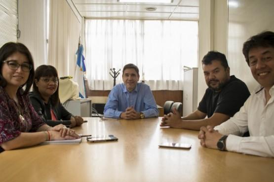 Calicate junto a los funcionarios provinciales.