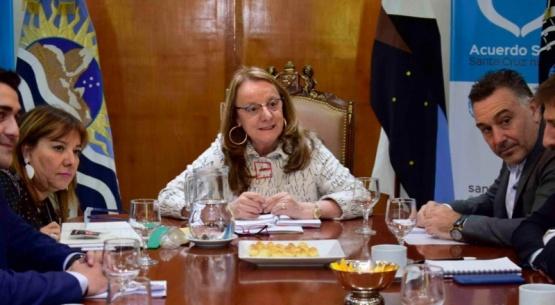 Alicia junto al Gabinete.