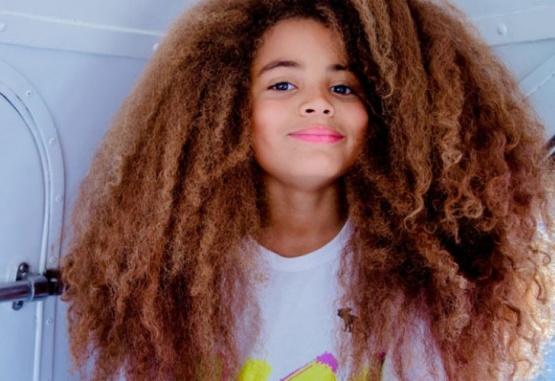 El pequeño de 7 años que sorprende a todos con su cabellera.