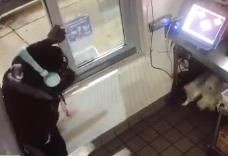 Captura de video del momento en que el hombre ingresa al local gastronómico.