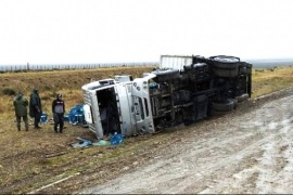 Camión que transportaba bebidas volcó cerca de Güer Aike