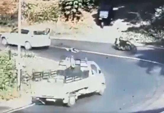 Captura de video del momento en que el niño salió despedido del auto.