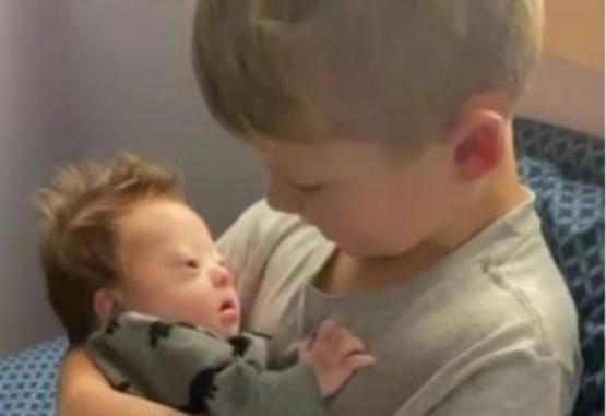 Captura de video del momento en que el hermano mayor le da la bienvenida al más pequeño.