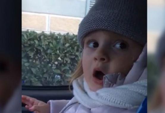 Captura de video del momento en que la nena se enoja porque su papá la reto.
