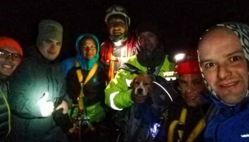 Los rescatistas junto al perro a salvo.