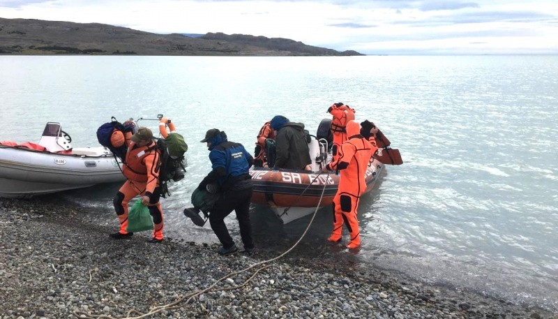 La mujer fue llevada a tierra firme en una embarcación.
