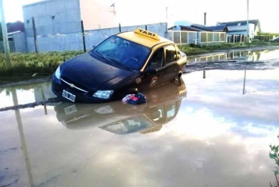 Un taxi cayó en un bache gigante con agua y el referente del sector apuntó al Municipio