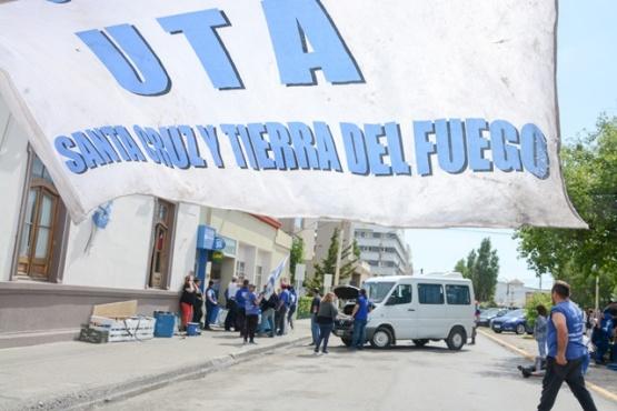UTA con reclamo y carpa frente al Municipio. (Fotos F.C.)