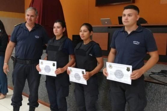 """La Policía del Chubut entregó este miércoles, en la ciudad de Puerto Madryn, los diplomas correspondientes a 45 agentes policiales que terminaron el primer y segundo curso de """"Operador de Escudo""""."""