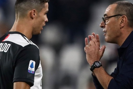 Sarri le da indicaciones a Cristiano Ronaldo. (Foto: AFP)