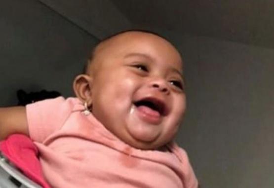 Captura del video donde esta bebé se tienta al ver a su papa practicar boxeo.