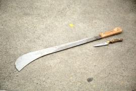 Con un machete y dos cuchillos fueron a amenazar a un fletero