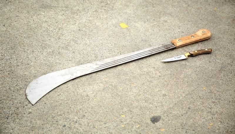 A simple vista los sujetos transportaban un machete y dos cuchillos. (Foto: C.G.)