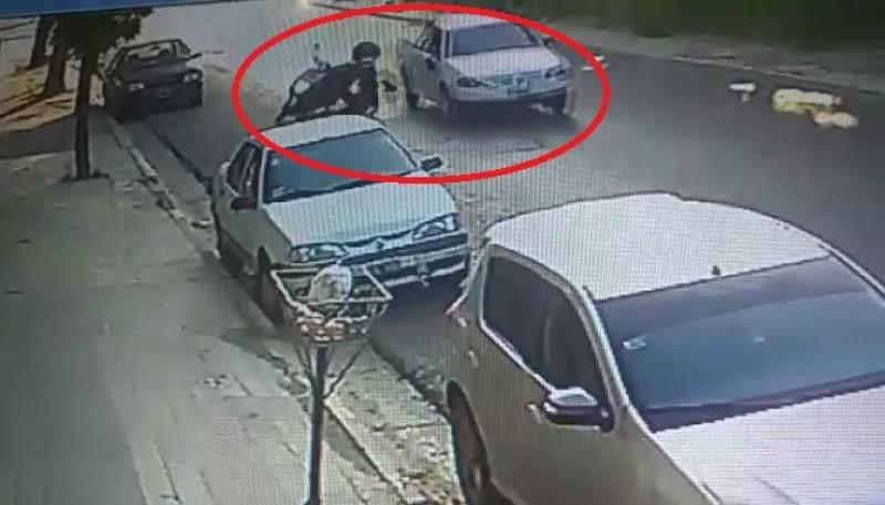 Momento en que el motociclista cae (captura de video).