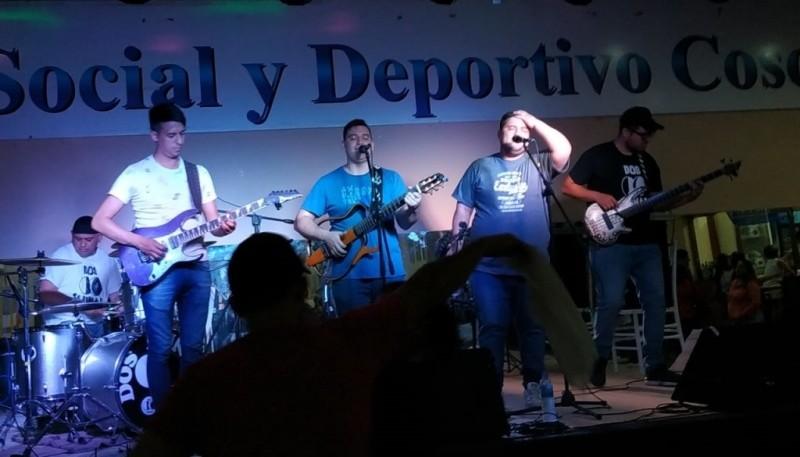 La banda tocando en Cosquín Callejero.