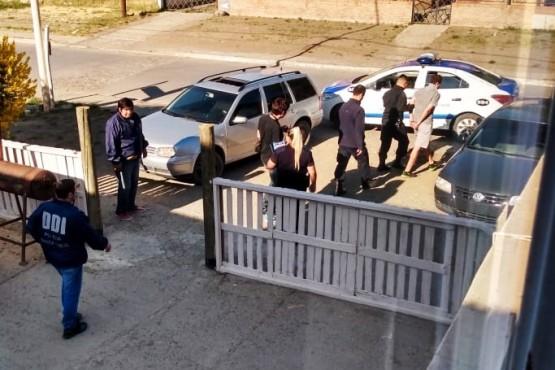 Momento del allanamiento y traslado del detenido.