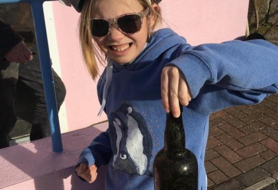 La joven que encontró la botella con el mensaje. Foto. Gentileza RT en Español