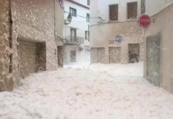 Captura de video de la espuma de mar que cubrió una ciudad española.