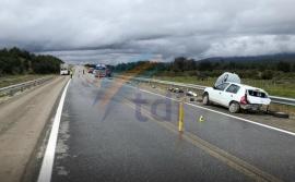 Un auto volcó y terminó impactando contra un camión