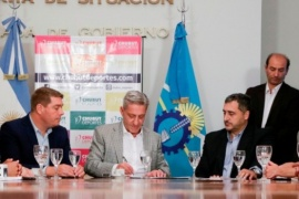 Arcioni entregó aportes a clubes para que viajen durante el Torneo Regional
