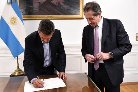 Sergio firmó el documento.