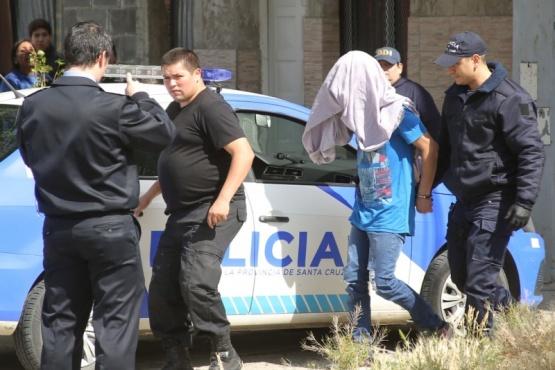 Momento en que uno de los sospechosos es detenido. (Foto: C.G.)