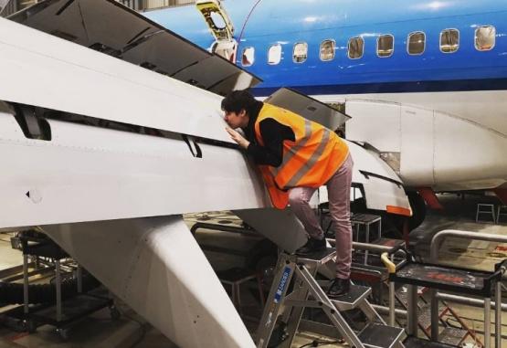 La mujer asegura tener una relación con el avión. Foto: Instagram @airlover737