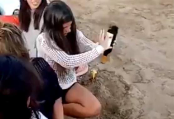 Captura de video del momento en que la chica intentó abrir la botella de vino.