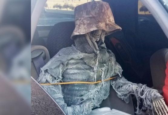 Un hombre disfrazó un esqueleto y condujo con él en el asiento del acompañante. Foto: Policía Arizona