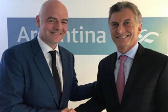Mauricio Macri junto a Giani Infantino.