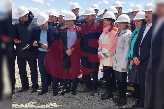 Cristina y Alicia Kirchner acompañada por funcionarios.