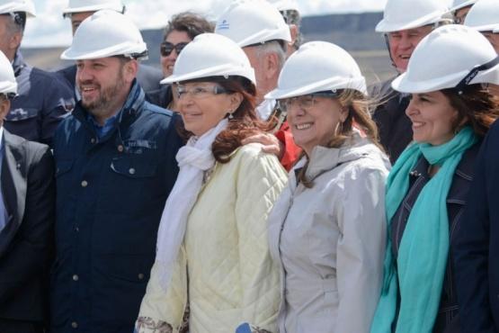El intendente de Comandante Luis Piedra Buena, Federico Bodlovic junto a Alicia y Cristina.