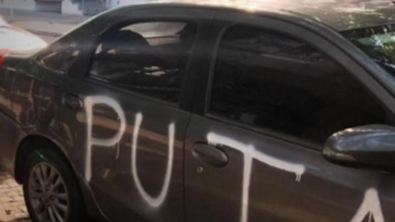 Le escribió el auto con aerosol.